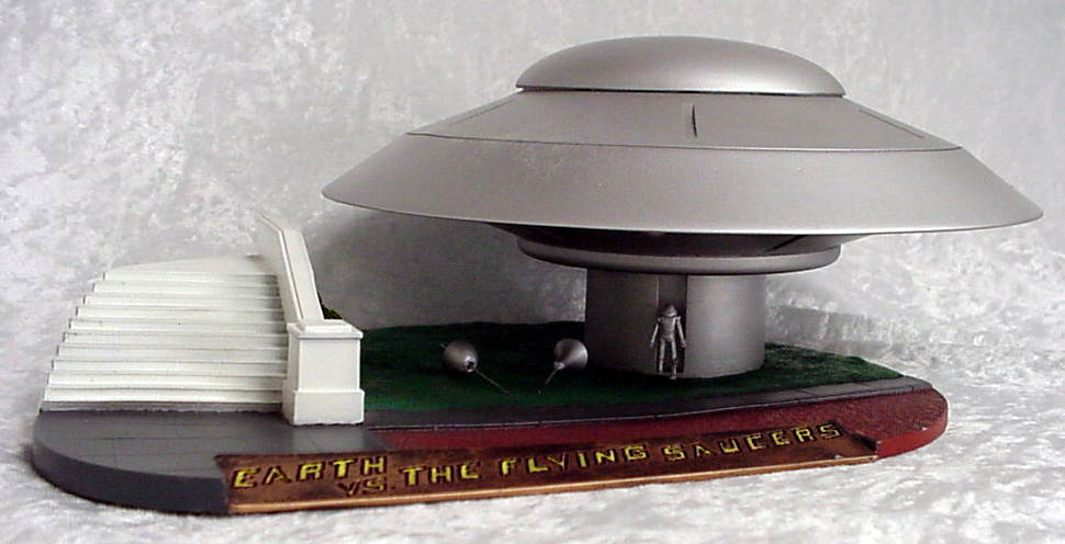 Earth Vs The Flying Saucer Deluxe Spaceship Kit
